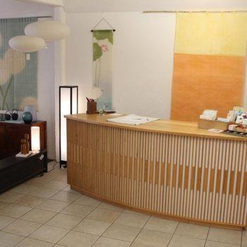 Hier ist eine Verkaufstheke eines Freiburger Einrichtungsgeschäfts zu sehen.