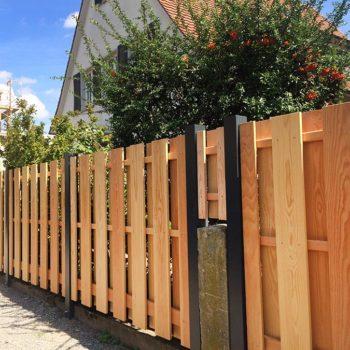 Dieser Gartenzaun ist aus Douglasie gefertigt. Der Betterzaun steht in Freiburg an einem Einfamilienhaus.